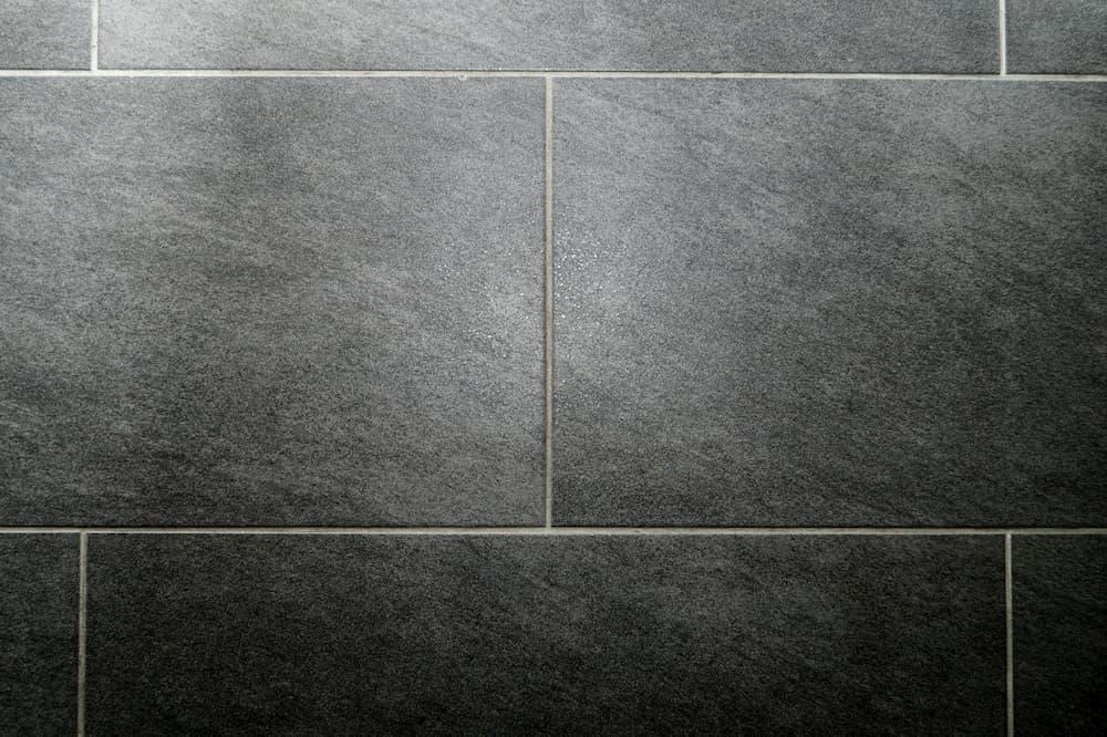 Fliesen verlegt im Halbverband © photofelix, stock.adobe.com