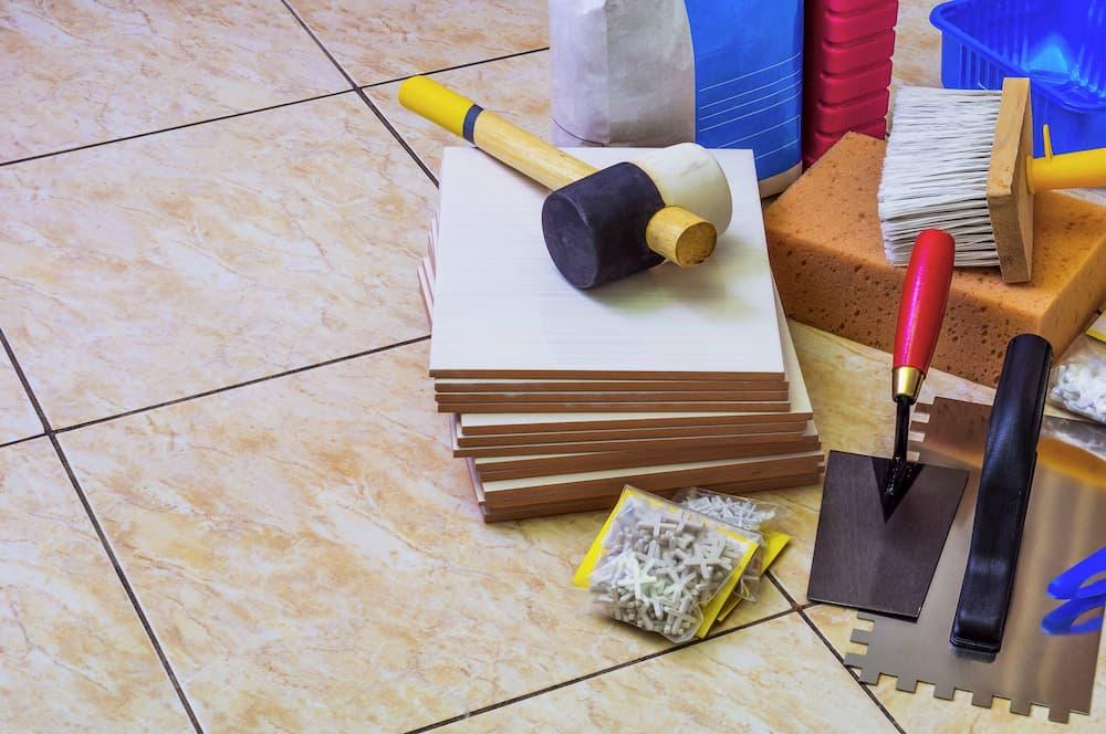 Werkzeug zum Fliesen verlegen © bodu9, stock.adobe.com