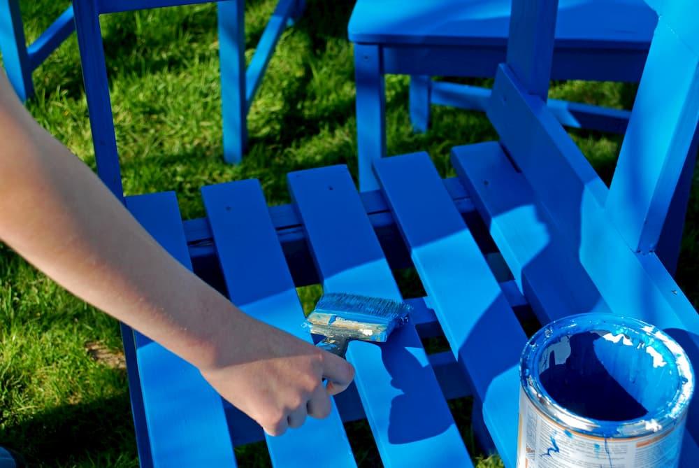 Gartenbank blau streichen © tinadefortunata, stock.adobe.com