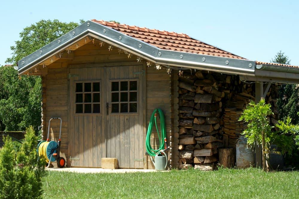 Gartenhaus mitt Dachüberstand © SARMAT, stock.adobe.com