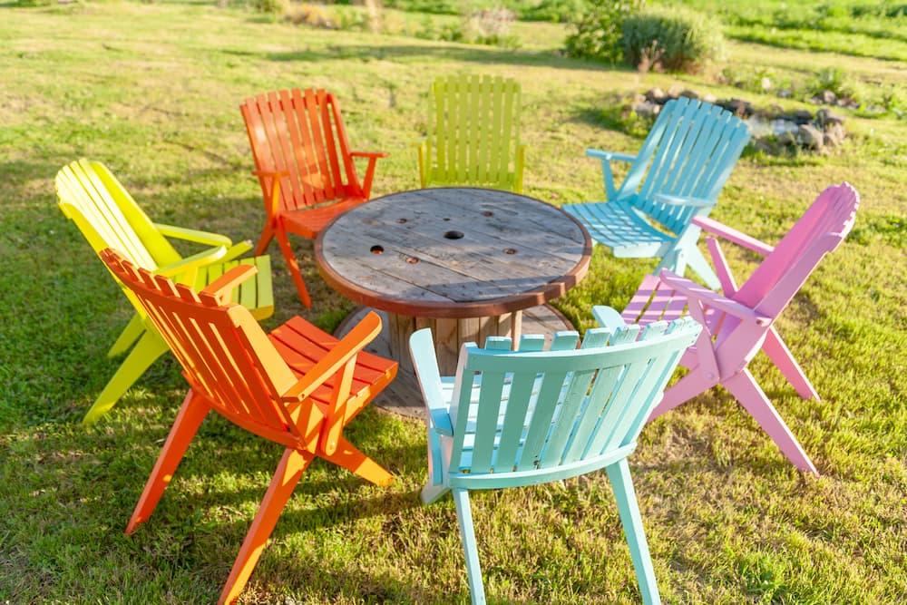 Gartenmöbel bunt lackiert © Gwenael, stock.adobe.com