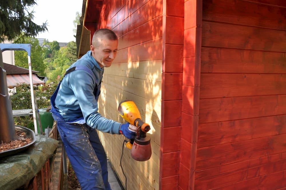 Gerätehaus lackieren mit Sprühgerät © Henry Czauderna, stock.adobe.com