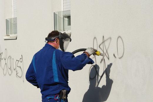 Grafiti entfernen © savoieleysse, fotolia.com
