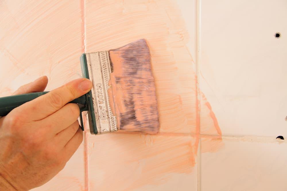 Haftgrund auf alte Fliesen streichen © maho, stock.adobe.com