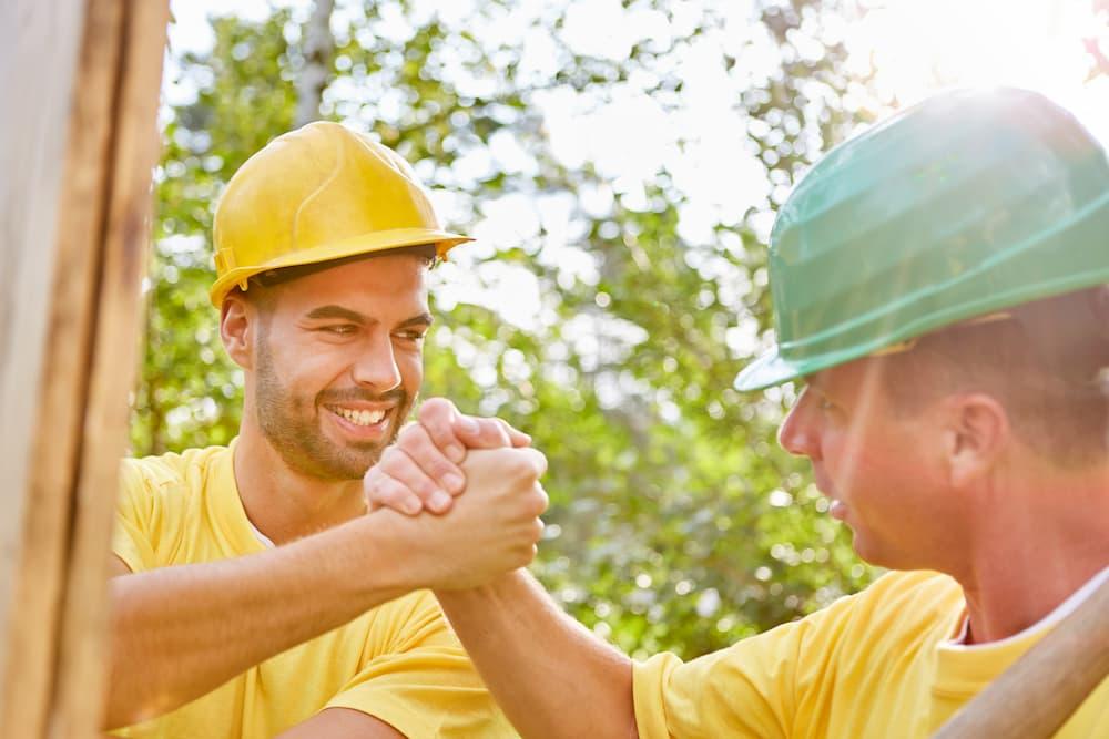 Handwerker machen Teamwork bei Hausbau © Robert Kneschke, stock.adobe.com
