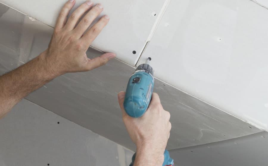 Handwerker verschraubt Gipskartonplatten © tunedin, stock.adobe.com