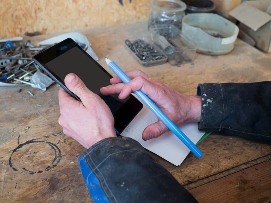 Handwerker mit Tablet © arianarama, stock.adobe.com