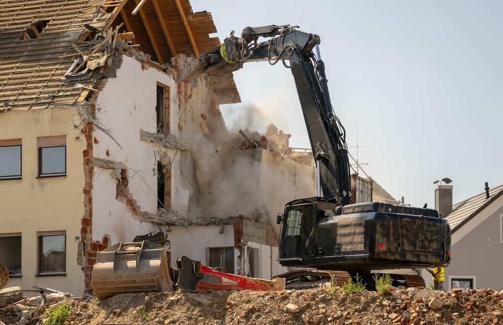 Haus wird abgerissen mit einem Bagger © wolfilser, stock.adobe.com