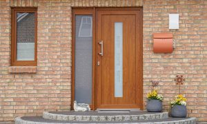 Haustür aus Holz streichen