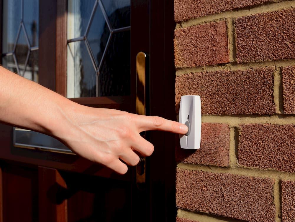 Klingel neben der Haustüre © sarahdoow, stock.adobe.com