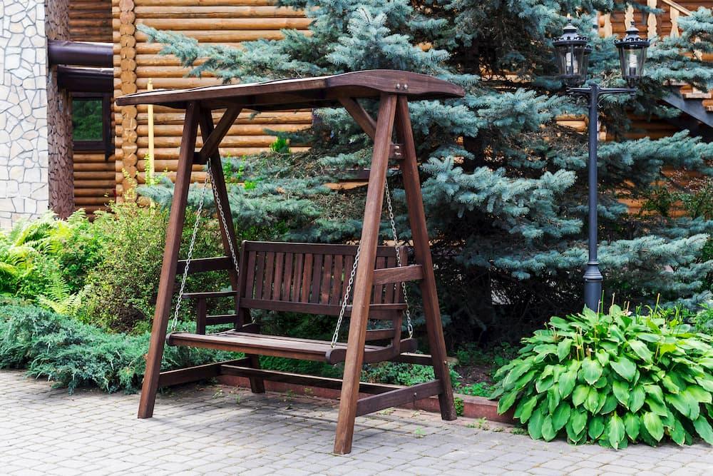 Hollywoodschaukel aus imprägniertem Holz  © dzevoniia, stock.adobe.com