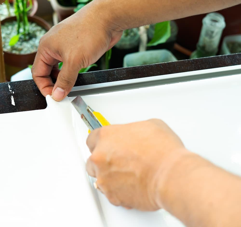 Folie zur Beklebung zurechtschneiden © ellinnur, stock.adobe.com
