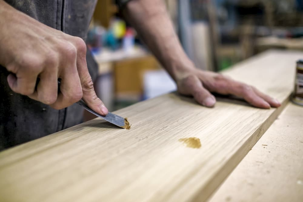 Kleine Löcher mit Holzkitt auffüllen © Victor Koldunov, stock.adobe.com