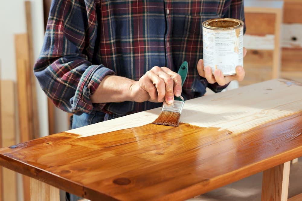 Holztisch lasieren © Ingo Bartussek, stock.adobe.com