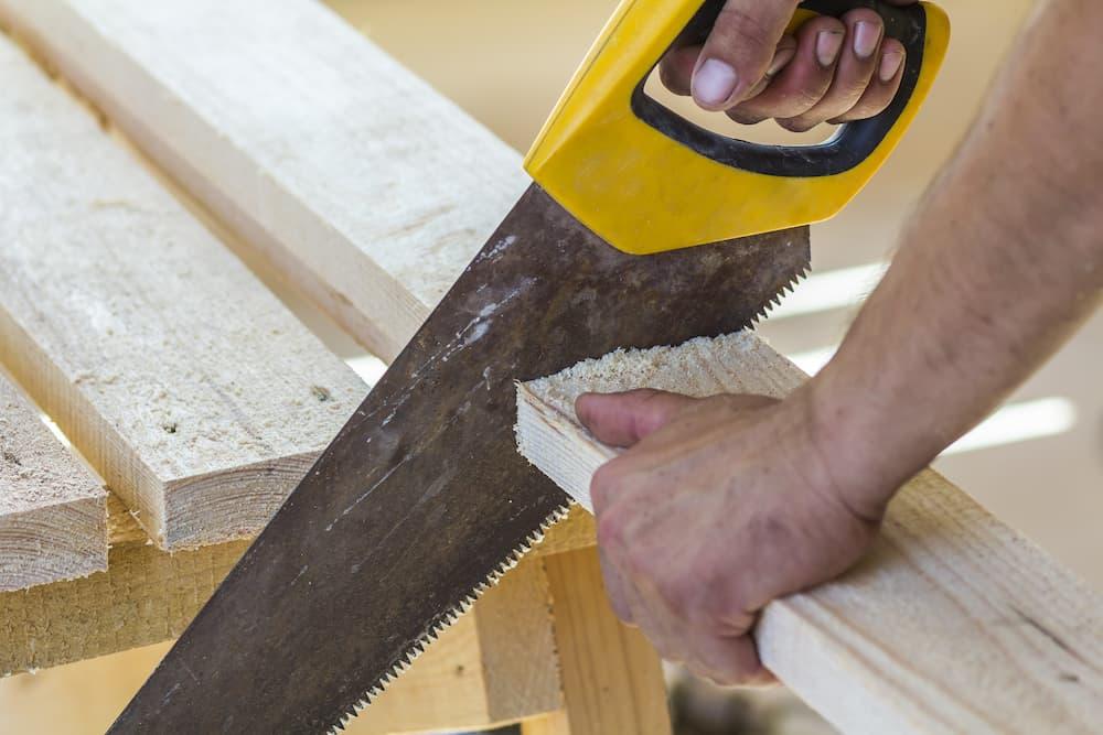 Holz sägen mit dem Fuchsschwanz © bilanol, stock.adobe.com