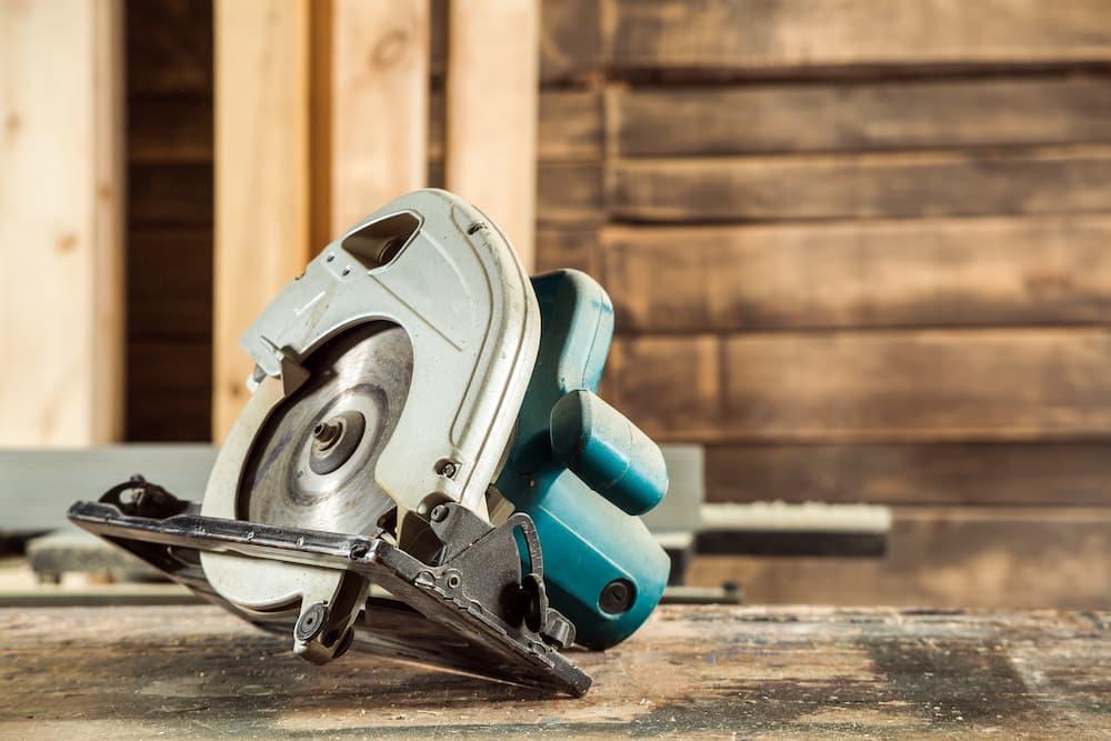 Holz sägen mit der Handkreissäge © Vitaly Sova, stock.adobe.com