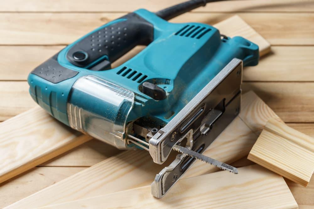 Holz sägen mit der Stichsäge © Youril, stock.adobe.com