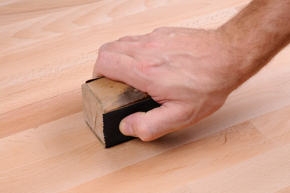 Holz schleifen mit Schleifklotz © zdshooter, stock.adobe.com