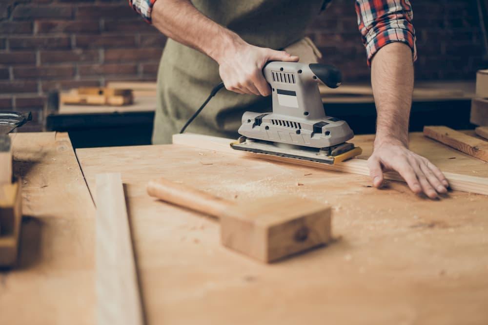 Holz schleifen mit dem Schwingschleifer © deagreez, stock.adobe.com