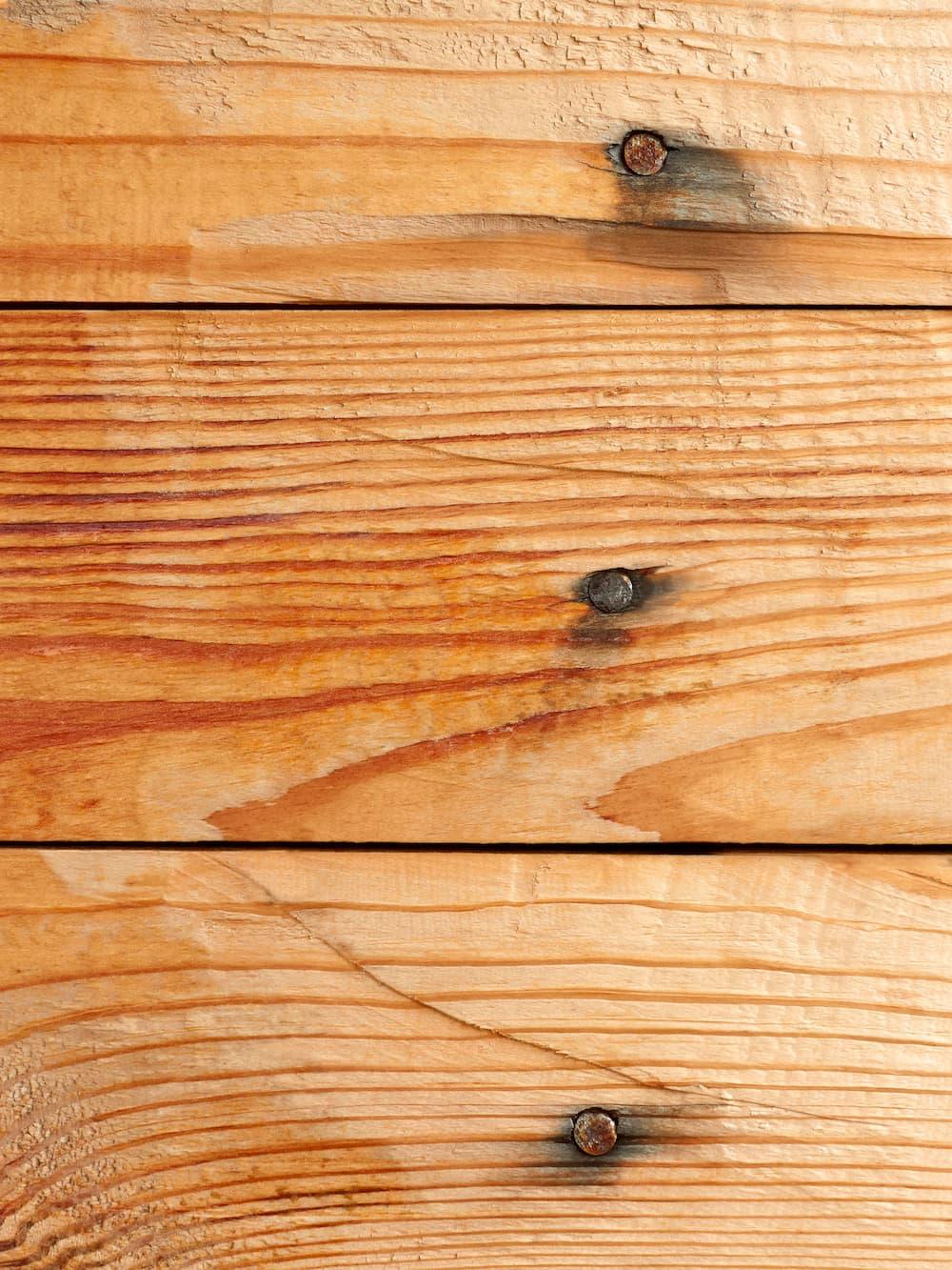 Holz im Aussenbereich mit rostenden Schrauben © Volodymyr Chaban, stock.adobe.com