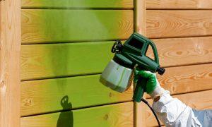 Holz mit dem Sprühgerät lackieren