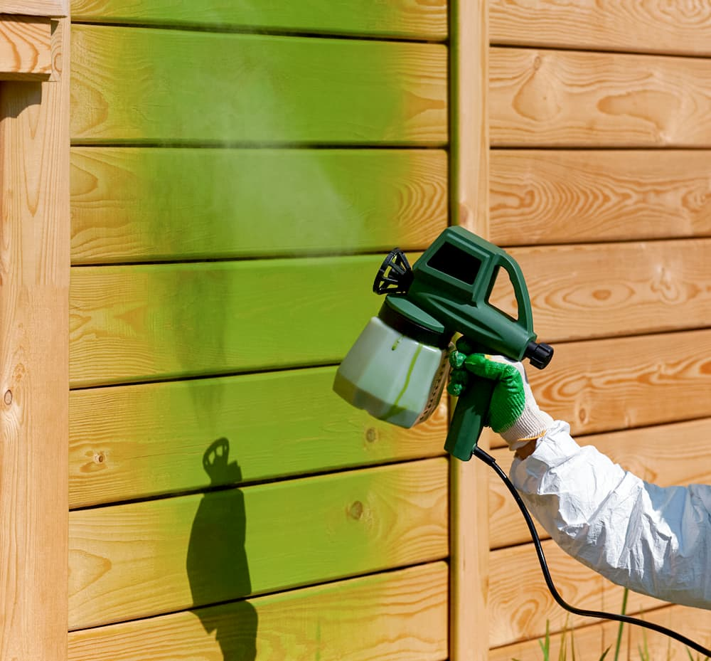Holz mit dem Sprühgerät lackieren © niknikp, stock.adobe.com