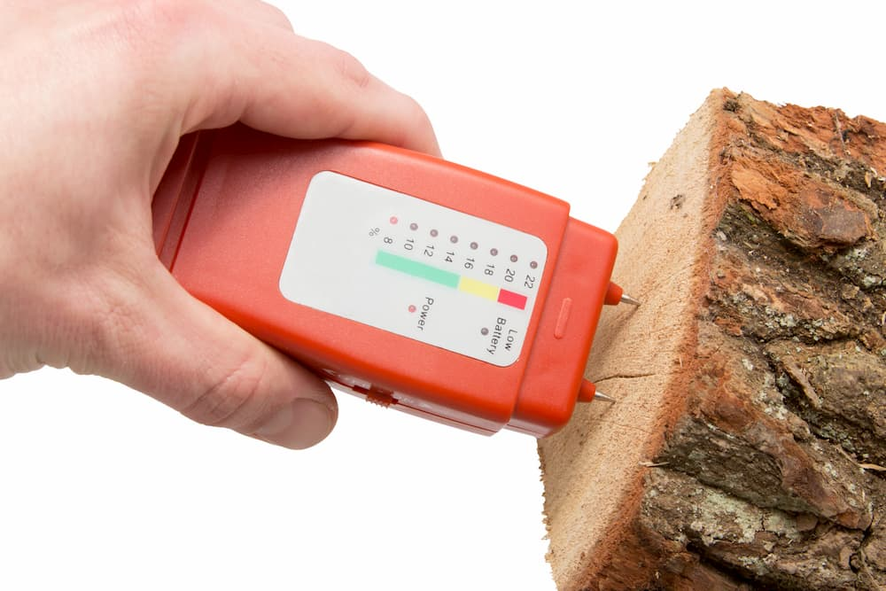 Holzfeuchtigkeit messen © sasel77, stock.adobe.com