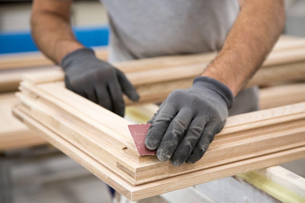 Fensterrahmen aus Holz abschleifen © makis7, stock.adobe.com