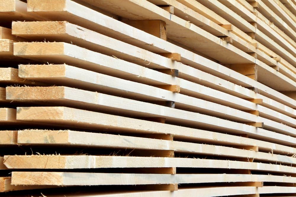 Holzstapel im Sägewerk © vulkanismus, stock.adobe.com