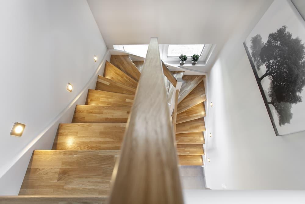 Holztreppe mit Einbauspots © Mattias Bühner, stock.adobe.com
