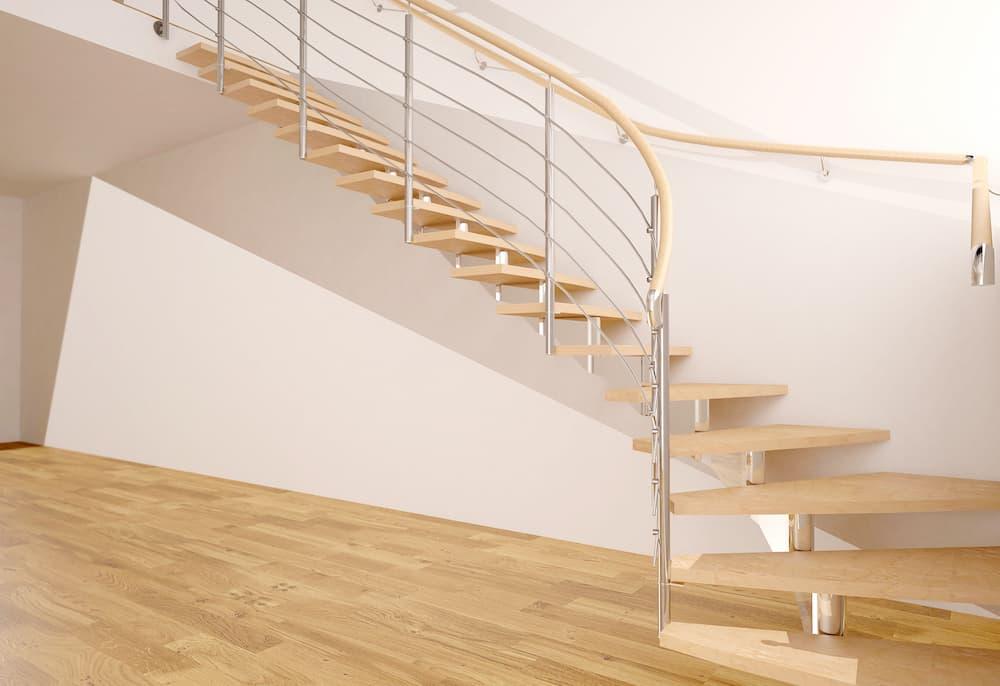Moderne Holmtreppe aus Holz mit Metallgeländer © musa_263, stock.adobe.com