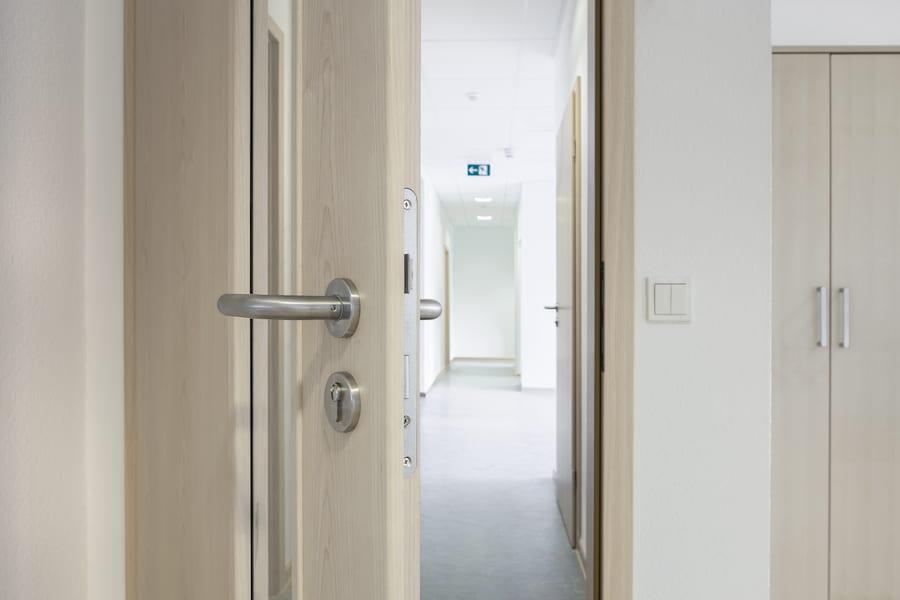 Holztuer mit Glaseinsatz © Matthias Bühner, stock.adobe.com