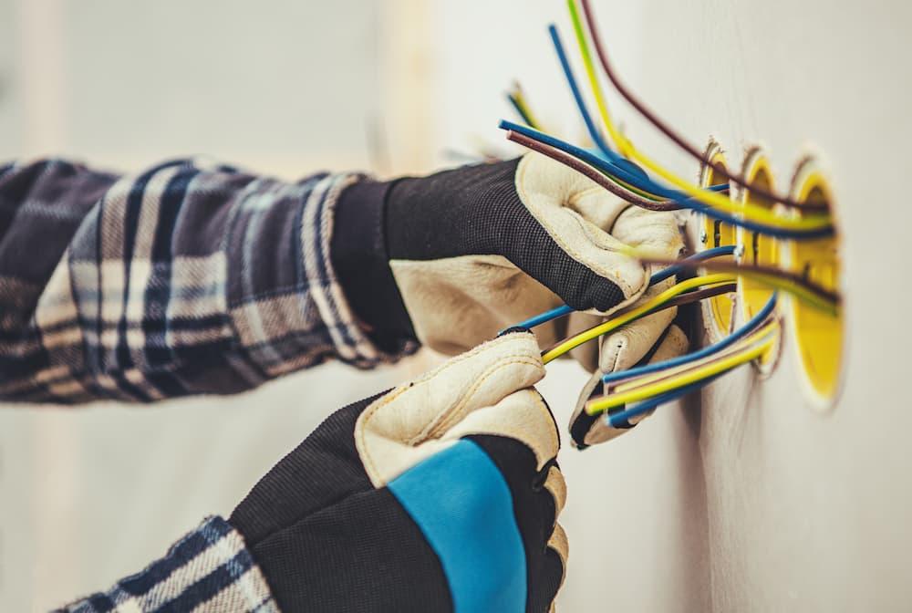 Elektriker bei der Arbeit © Tomasz Zajda, stock.adobe.com