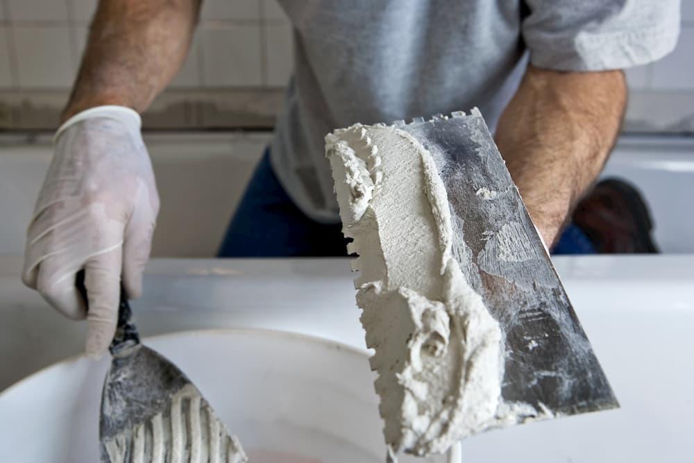 Moertel oder Kleber mit Kelle auftragen © forestpath, stock.adobe.com