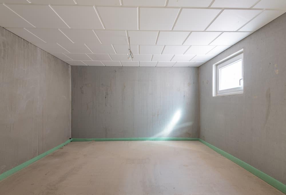 Kelleraum mit Tageslicht und Deckendämmung © schulzfoto, stock.adobe.com