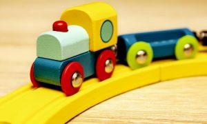 Kinderspielzeug aus Holz frisch lackieren oder lasieren