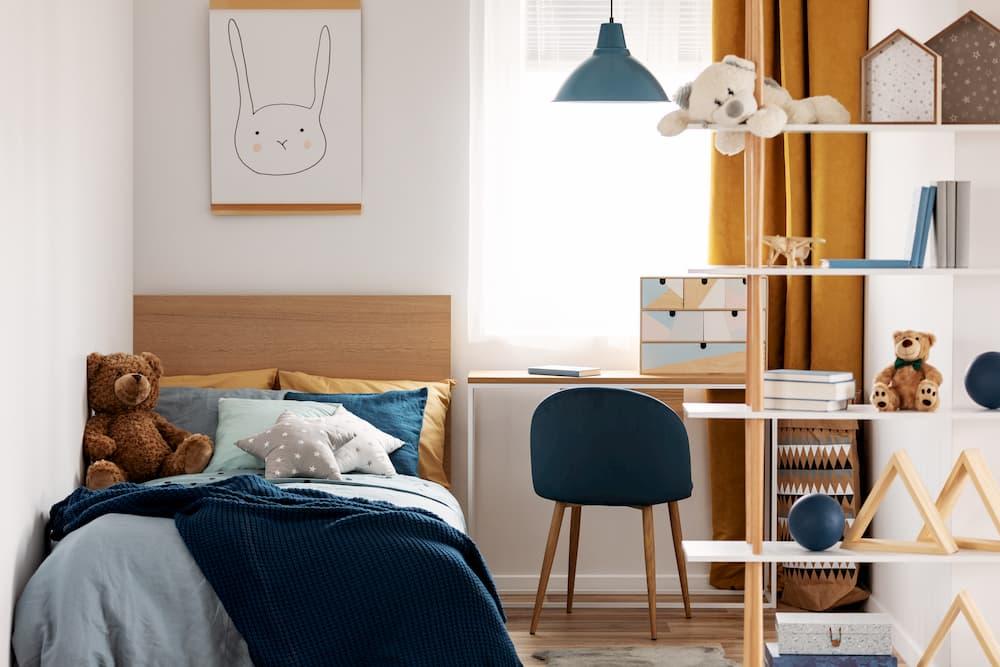 Kinderzimmer mit blauen und orangenen Akzenten © stock.adobe.com