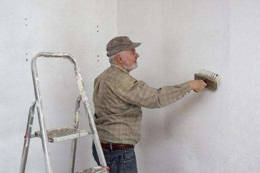 Tapezieren, Handwerker Bestreicht Die Wand Mit Kleister © Tunedin,  Fotolia.com