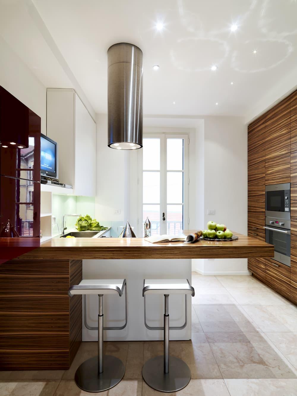 Küche mit Halbinsel und Barhocker © adpePhoto, stock.adobe.com