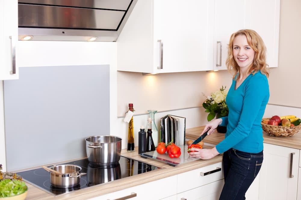 Frau kocht in der Küche © contrastwerkstatt, stock.adobe.com