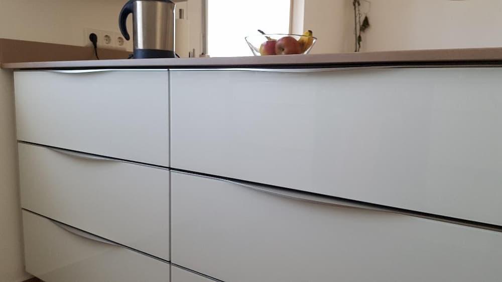 Moderne Küche mit Glasfronten