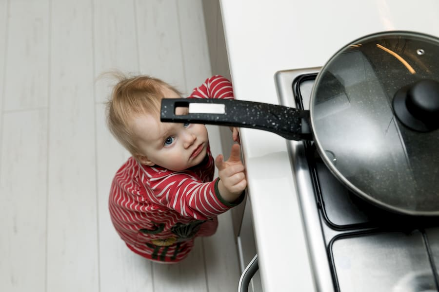 Küche möglichst sicher für Kinder gestalten © ronstik, stock.adobe.com