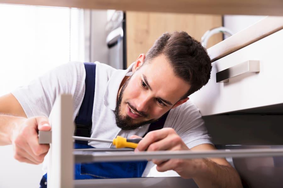 Küche: Handwerker bei der Arbeit © Andrey Popov, stock.adobe.com