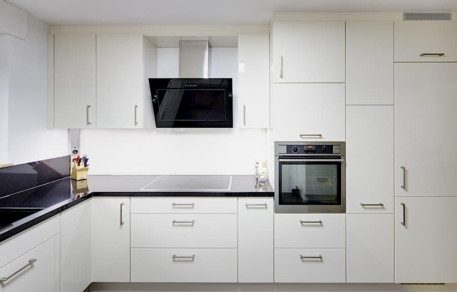 Weiße Küche mit Dunstabzugshaube © Tran Photography, stock.adobe.com