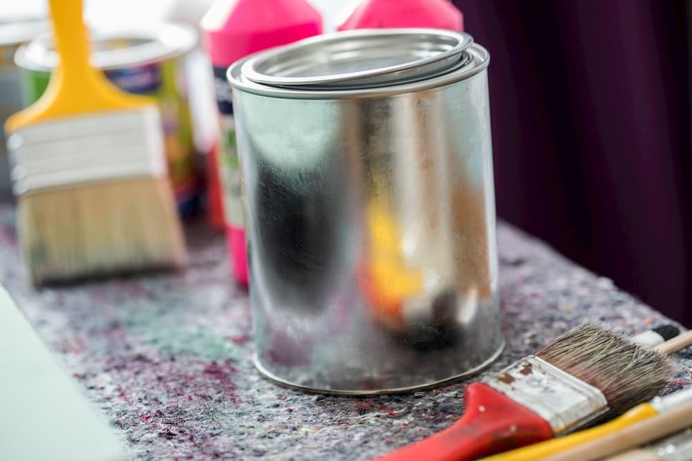 Lack Farbdose und Pinsel © Christin Klose, stock.adobe.com