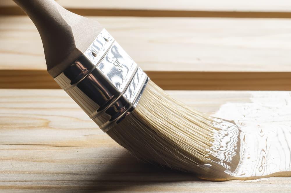 Holz lackieren mit Klarlack © Dusan Kostic, stock.adobe.com