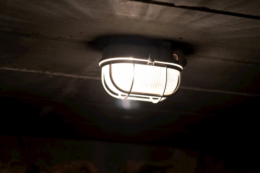 Lampe im Keller © Studio v-zwoelf, stock.adobe.com