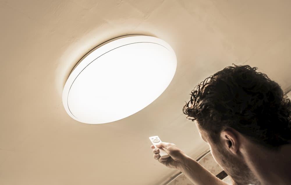 Lampe per Fernbedienung steuern ©  FotoHelin, stock.adobe.com