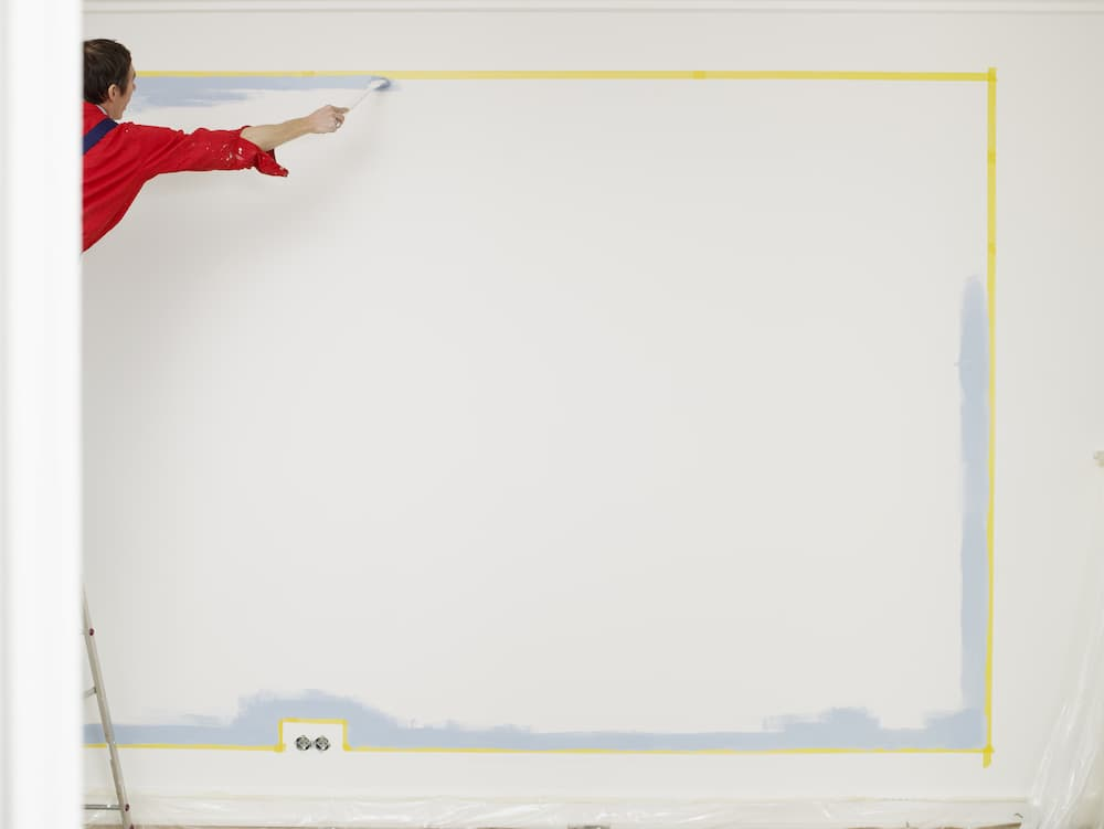 Maler erstellt saubere Farbkante © bella, stock.adobe.com