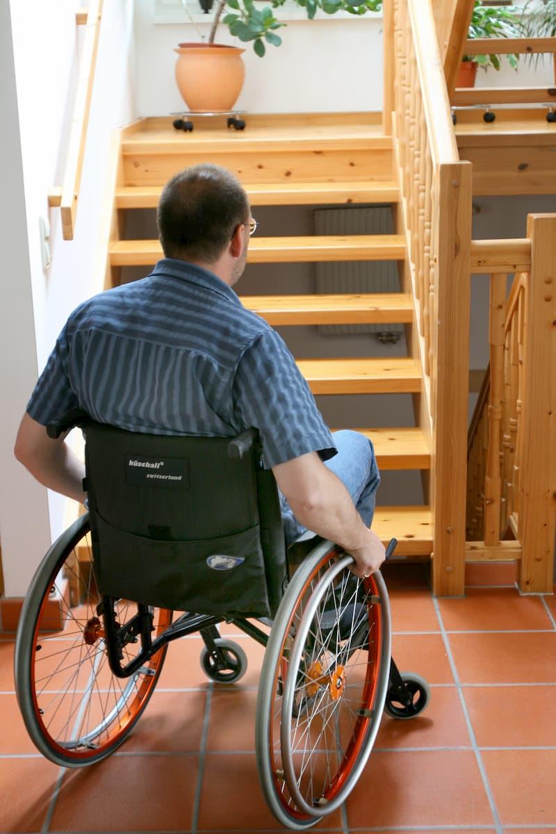 Mann im Rollstuhl vor einer Treppe © Gina Sanders, stock.adobe.com